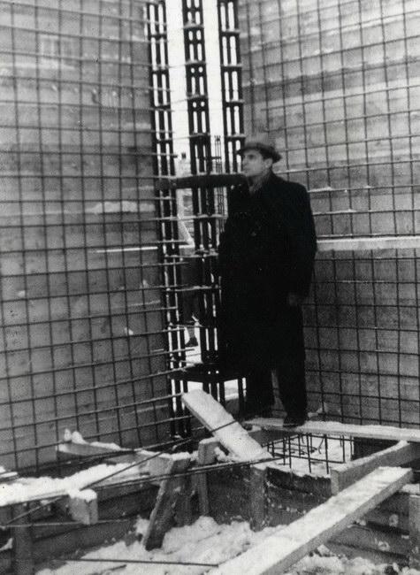 Viens no projekta arhitektiem Vaidelotis Apsītis būvlaukumā 1952. gada 26. novembrī.