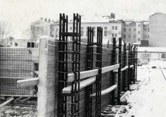 Ēka tika uzbūvēta kā pirmā saliekamo dzelzsbetona konstrukciju būve Latvijā.