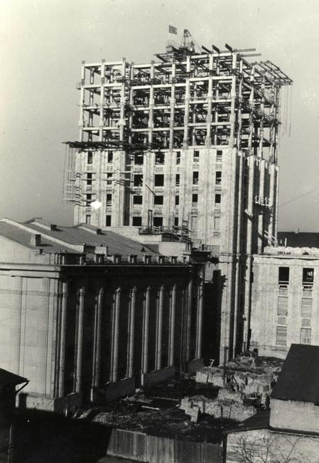 Kolhoznieku nama celtniecība. Skats no konferenču zāles korpusa puses. 1954. gada 1. aprīlis.