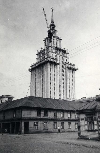 Īstenojot Kolhoznieku namu, tika nojaukts koka klasicisma arhitektūras ansamblis – t.s. Krievu sēta. Jaunceltnes darbos attēlā redzams torņa celtnis UBK.