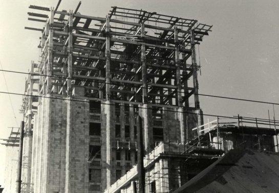 Ēkai ir nesošais monolītais dzelzsbetona karkass, kas sastāv no kolonnām (solis starp kolonnām ir 4 m), pārseguma sijām, plātnēm un vertikālām dzelzsbetona diafragmām.