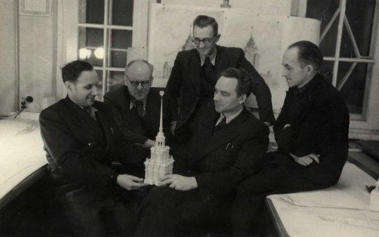 T3-100 Darba grupa pie celtnes maketa. Otrais no kreisās puses – grupas vadītājs arhitekts Osvalds Tīlmanis, pirmais no kreisās – arhitekts Vladimirs Šņitņikovs, otrais no labās – arhitekts Kārlis Plūksne.